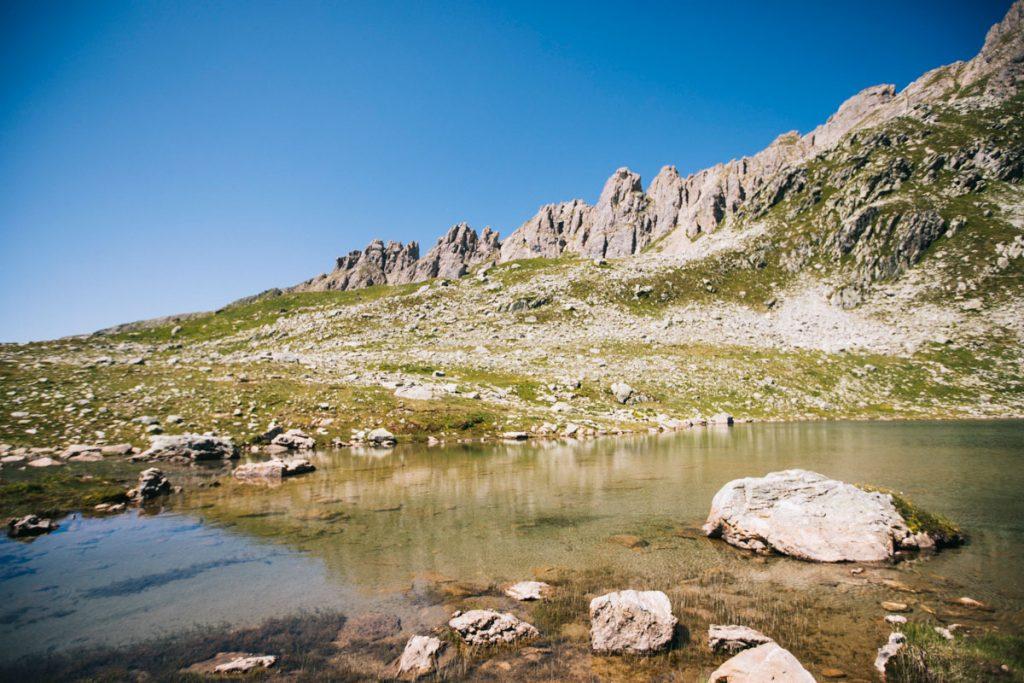 Lac de la Portette dans le massif du Beaufortain. crédit photo : Clara Ferrand - blog Wildroad