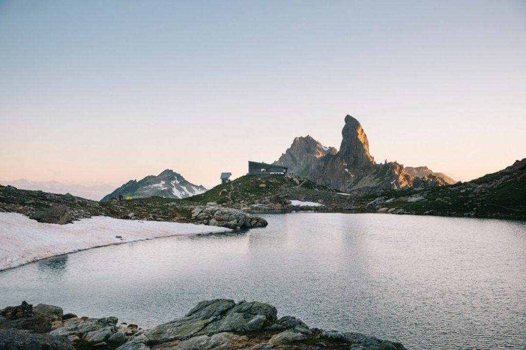 Le lac et le refuge de Presset au coucher du soleil. crédit photo : Clara Ferrand - blog Wildroad