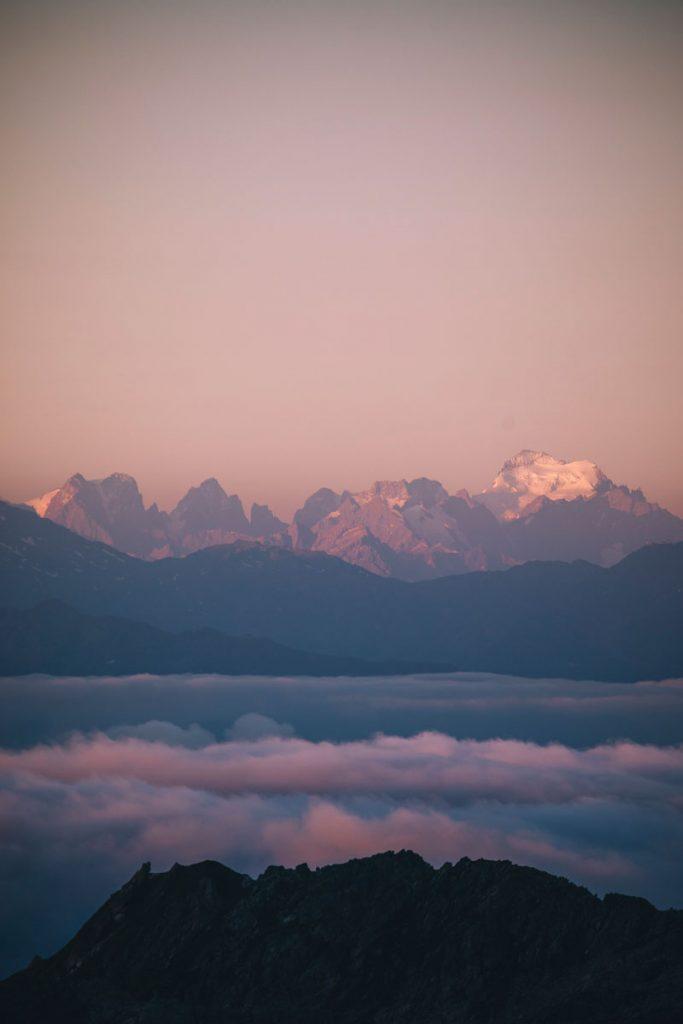 Les glaciers des Écrins depuis le lac de Presset. crédit photo : Clara Ferrand - blog Wildroad