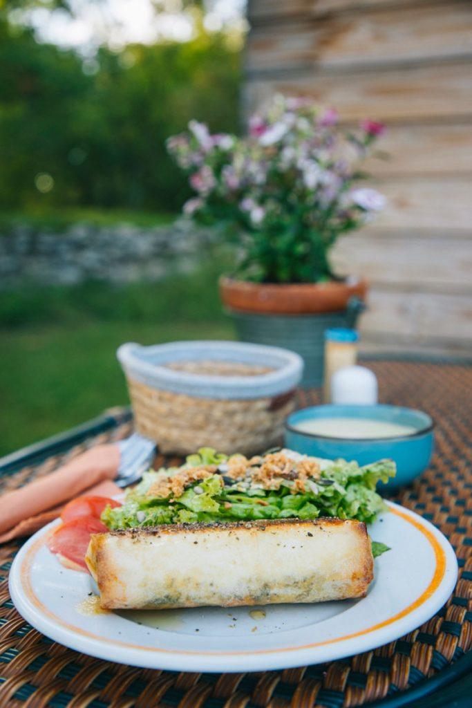 Panier repas avec des produit maison du logement Natura Zone. crédit photo : Clara Ferrand - blog Wildroad