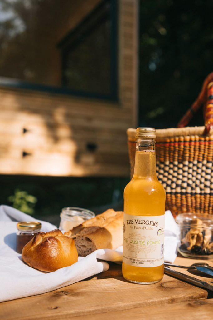Petit déjeuner dans un hébergement insolite de la Cote des Bar. crédit photo : Clara Ferrand - blog Wildroad
