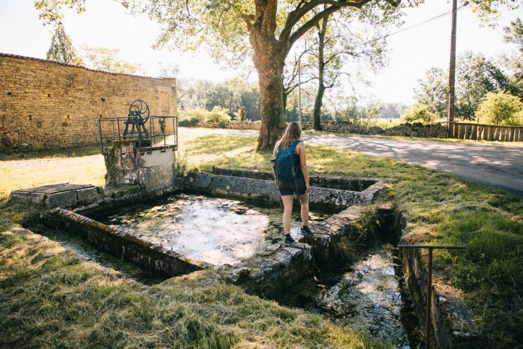 Un ancien lavoir dans un village du Quercy dans le Tarn et Garonne. crédit photo : Clara Ferrand - blog Wildroad