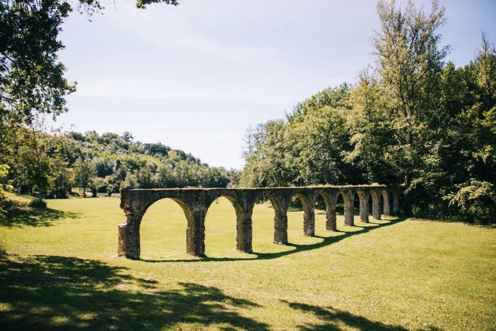 Acqueduc romantique abandonné dans le Tarn et Garonne sur le circuit des Vallons. crédit photo : Clara Ferrand - blog Wildroad