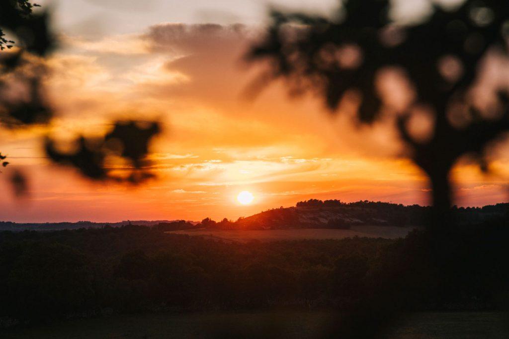 Coucher de soleil sur le Quercy Caussadais. crédit photo : Clara Ferrand - blog Wildroad