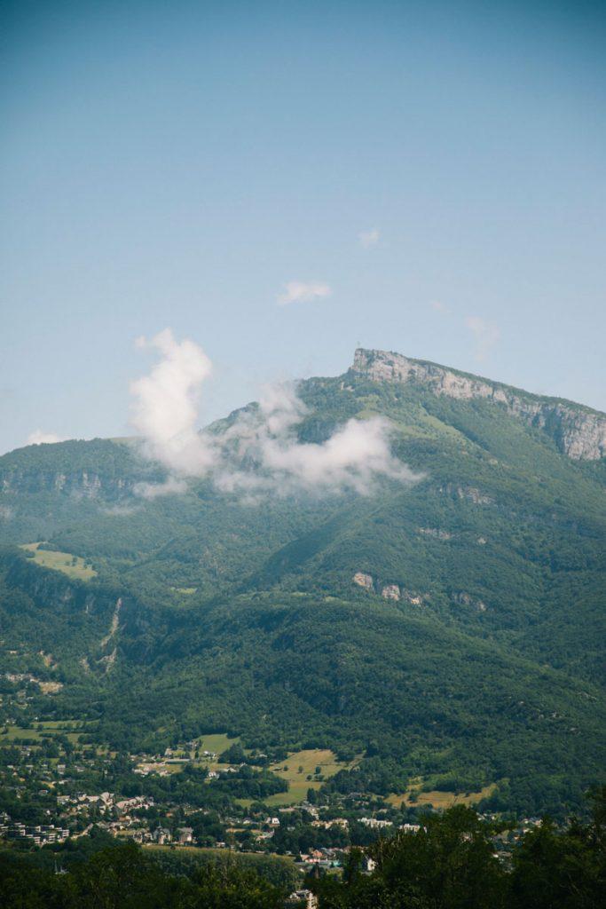 Le massif des Bauges et La Croix du Nivolet à Chambery. crédit photo : Clara Ferrand - blog Wildroad