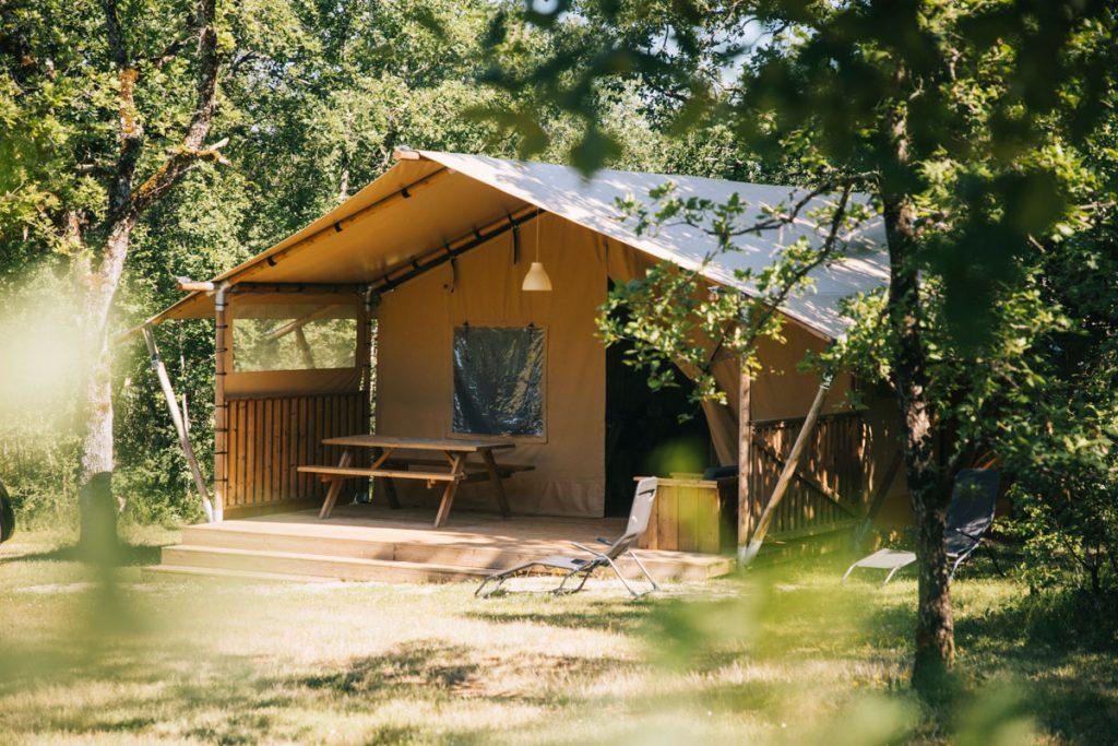 Dormir dans une tente safaris au camping du Bois Redon. crédit photo : Clara Ferrand - blog Wildroad