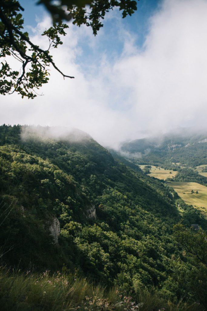 Vue sur le nord du massif de la Chartreuse avec la randonnée des hauts de Chanaz. crédit photo : Clara Ferrand - blog Wildroad