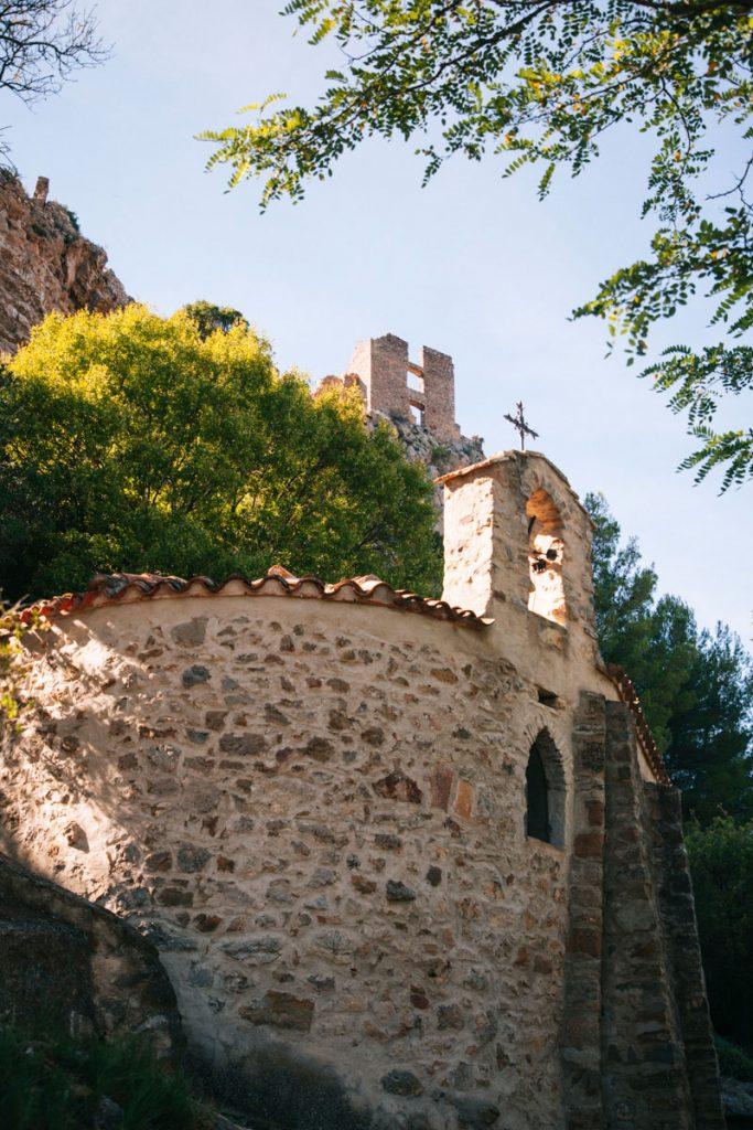 La Chapelle et chateau de Padern sur le GR367. crédit photo : Clara Ferrand - blog Wildroad