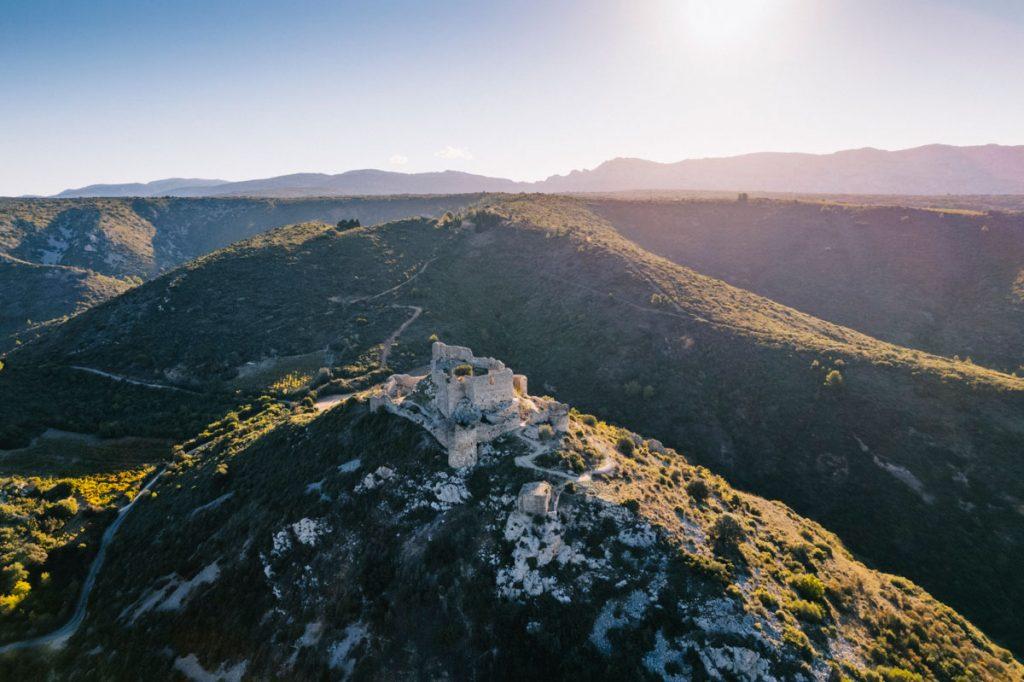Les ruines du chateau d'Aguilar sur le sentier Cathare à Tuchan. crédit photo : Clara Ferrand - blog Wildroad.