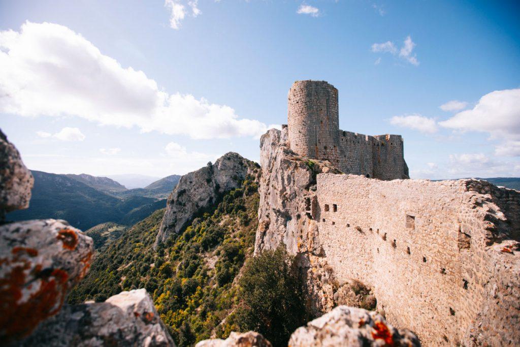 Les ruines du chateau de Peyrepertuse, l'un des plus grand d'Occitane. crédit photo : Clara Ferrand - blog Wildroad