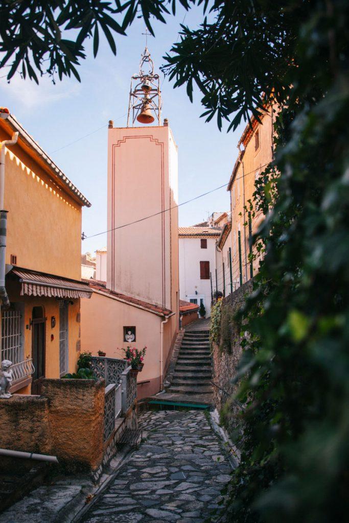 L'église occitane dans le petit village de Padern dans l'Aude. crédit photo : Clara Ferrand - blog Wildroad