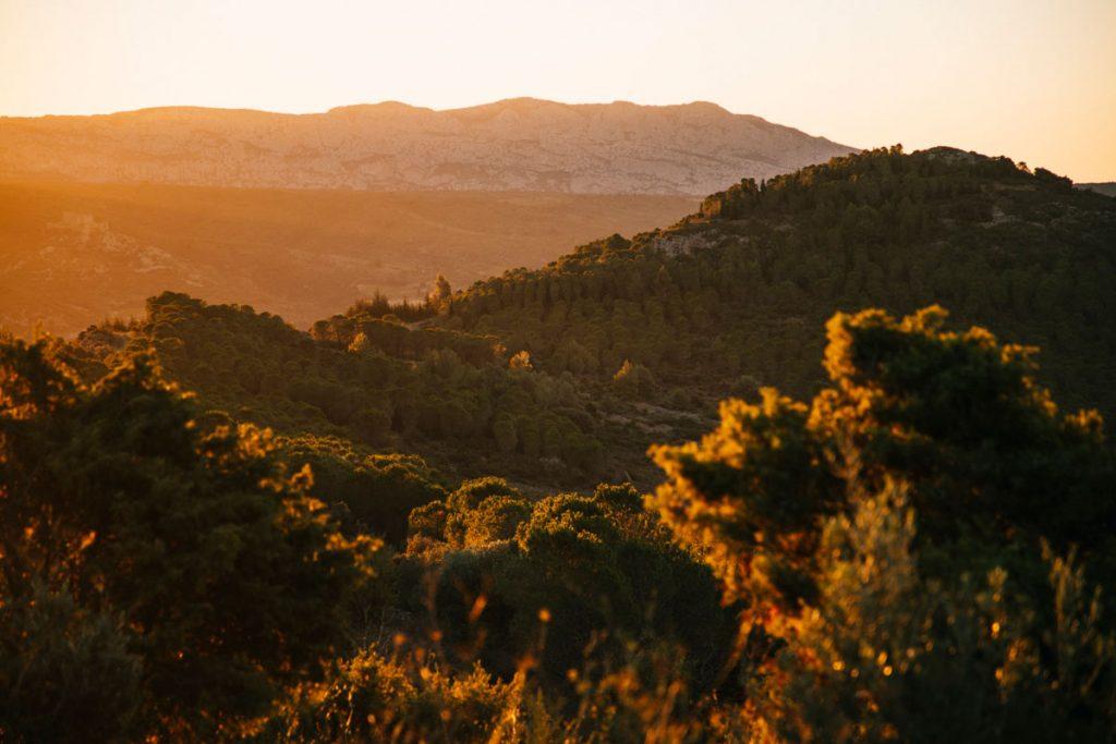 Lever de soleil sur le massif des Corbière dans l'Aude; crédit photo : Clara Ferrand - blog Wildroad