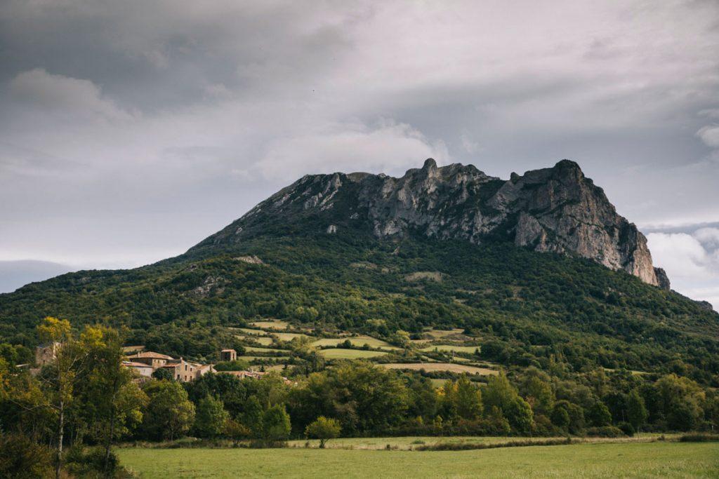 Le pech de Bugarach de l'Aude sur le GR367. crédit photo : Clara Ferrand - blog Wildroad