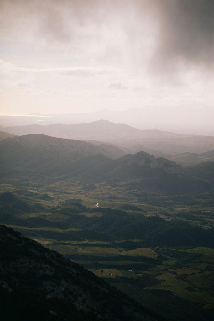 panorama sur les Pyrénées orientales depuis le Pech d'Auroux dans l'Aude. crédit photo : Clara Ferrand - blog Wildroad