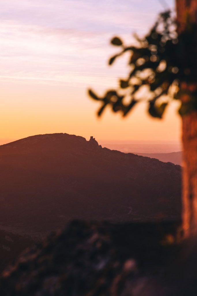 Vue sur le chateau de Quéribus depuis le chateau de Peyrepertuse dans l'Aude. crédit photo : Clara Ferrand - blog Wildroad