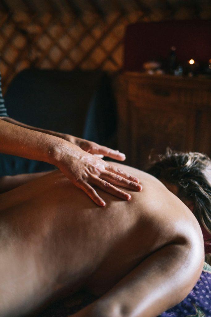 Massage ayurvédique dans l'Aude pour un séjour bien-être. crédit photo : Clara Ferrand - blog Wildroad