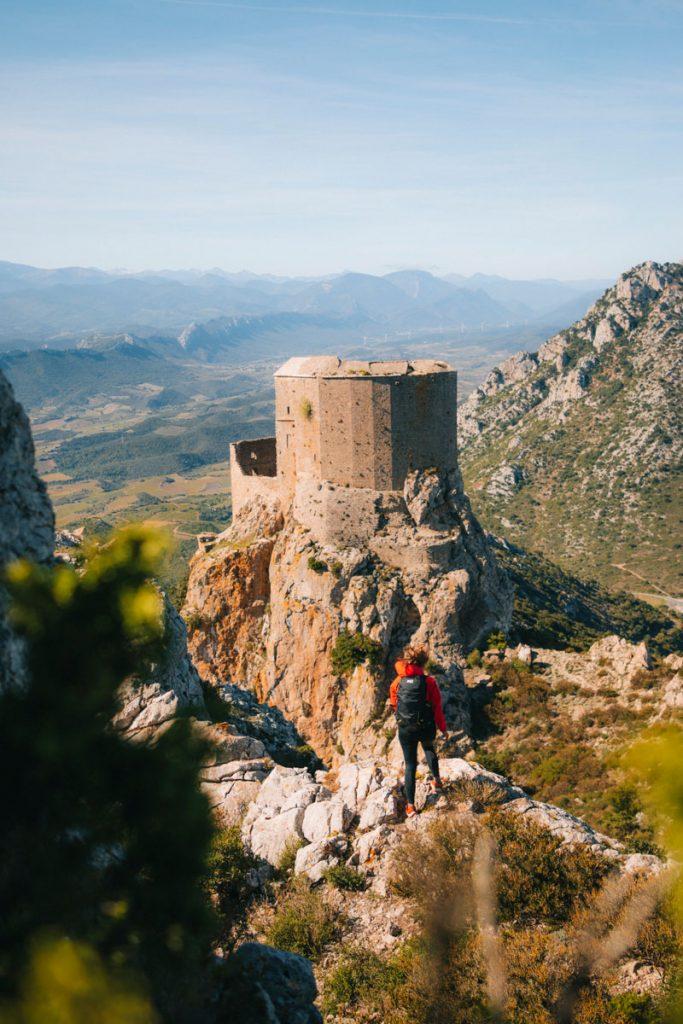 Le sentier Cathare et le chateau de Quéribus sur l'étape la plus belle du sentier cathare. crédit photo : Clara Ferrand - blog Wildroad
