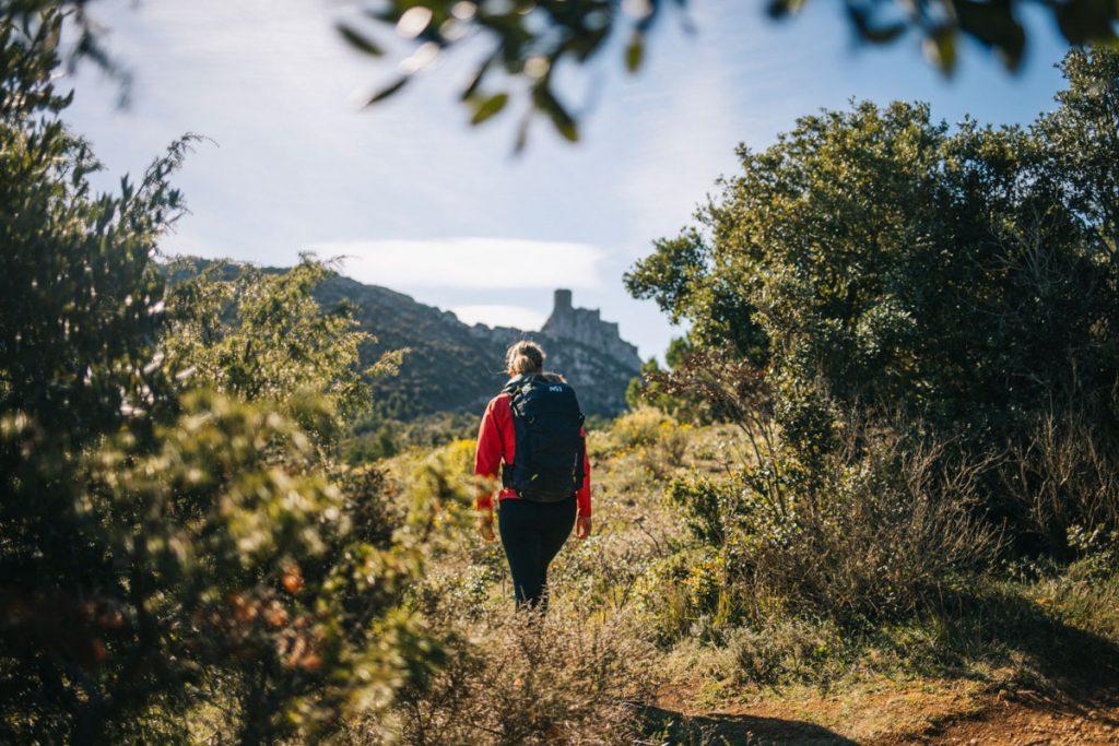 Le sentier cathare sur l'étape de Tuchan à Duilhac-sous-peyrepertuse. crédit photo : Clara Ferrand - blog Wildroad