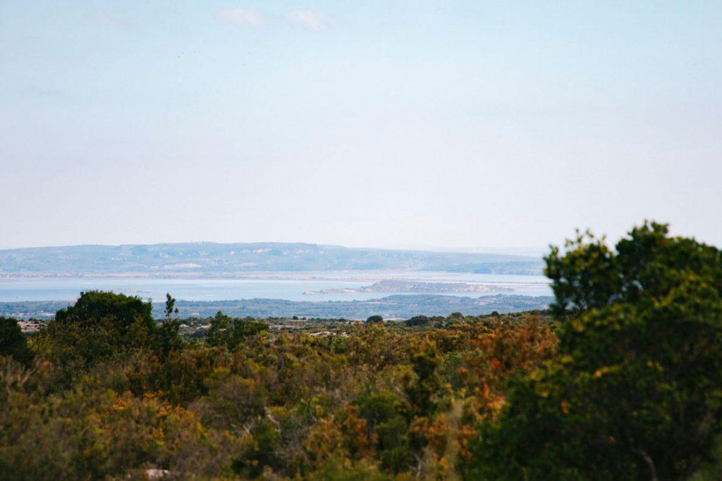 Sentier Cathare avec la vue sur la mer méditerannée et Narbonne. crédit photo : Lara Ferrand - blog WIldroad