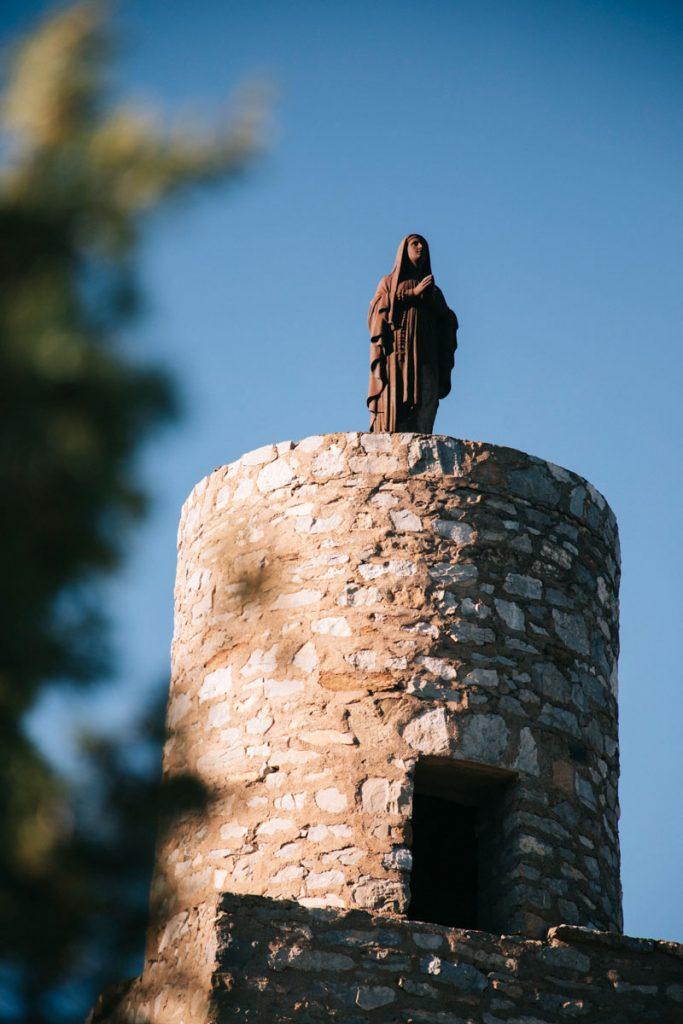 La vierge noire de la Récaoufa de la tour  sur e sentier Cathare. crédit photo : Clara Ferrand - blog Wildroad