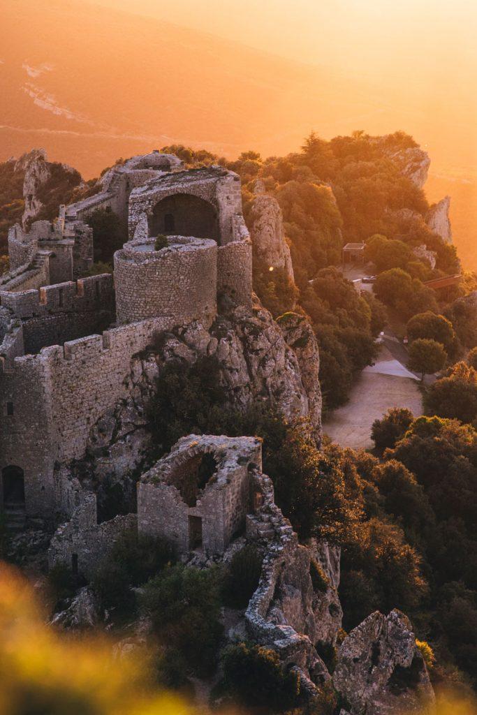 Lever de soleil sur le Chateau de Peyrepertuse dans l'Aude. crédit photo : Clara Ferrand - blog Wildroad