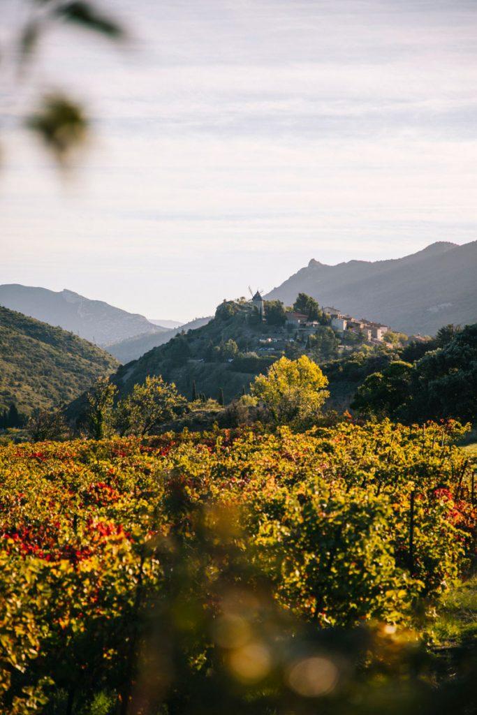 Le village de Cucugnan à visiter sur la randonnée du sentier Cathare. crédit photo : Clara Ferrand - blog Wildroad