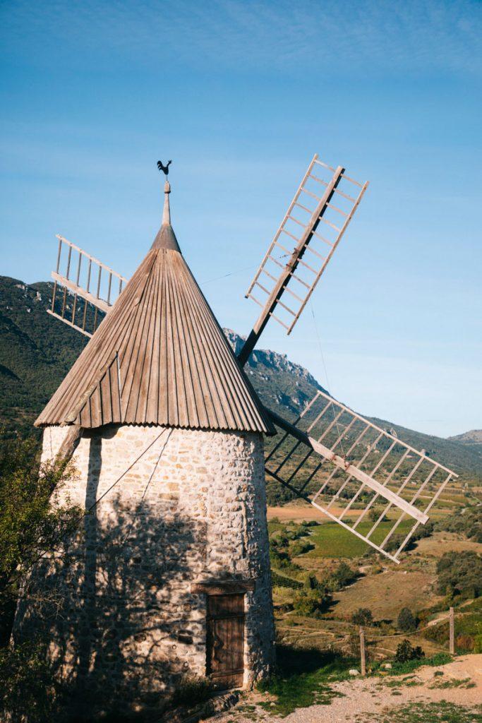 Le fameux moulin 'Omer dans les hauteurs de Cucugnan sur le GR367. crédit photo : Clara Ferrand - blog Wildroad