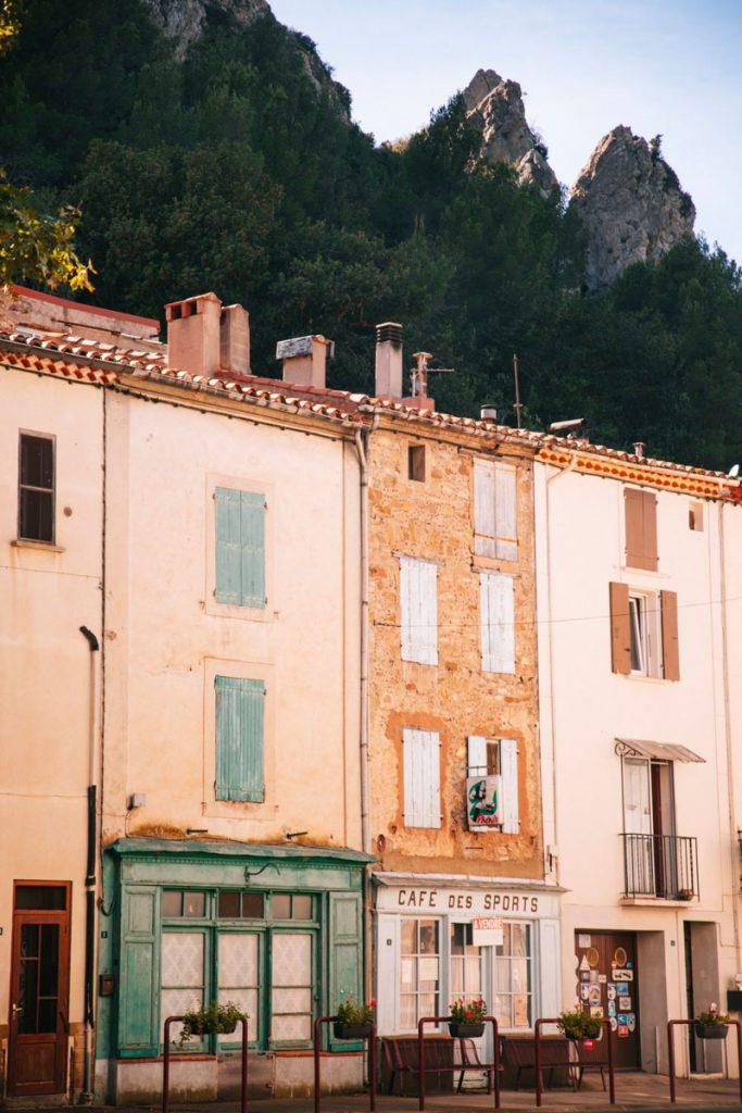 Visiter le village de Padern sur le sentier cathare. crédit photo : Clara Ferrand - blog Wildroad