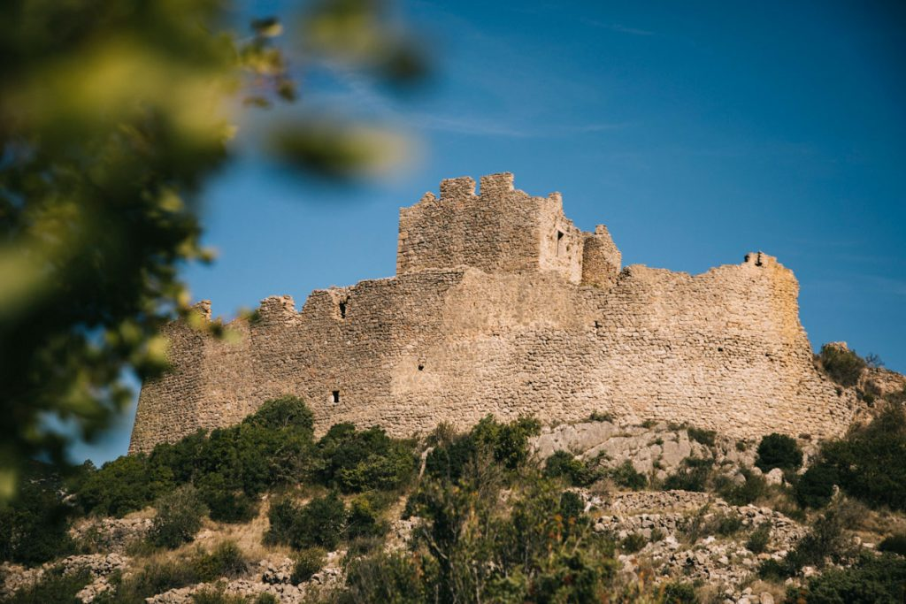 le chateau de Padern en ruine. crédit photo : Clara Ferrand - blog Wildroad